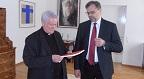 dr. grote überreicht lexikon-faszikel an bischof dr. hofmann